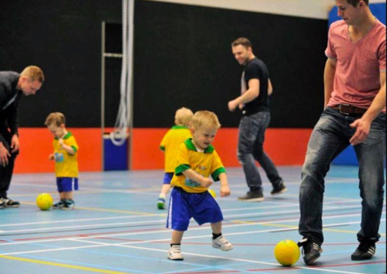 Kinderen van 2 tot 5 jaar doen tijdens 'voetjebal' een eerste kennismaking met het voetbal.