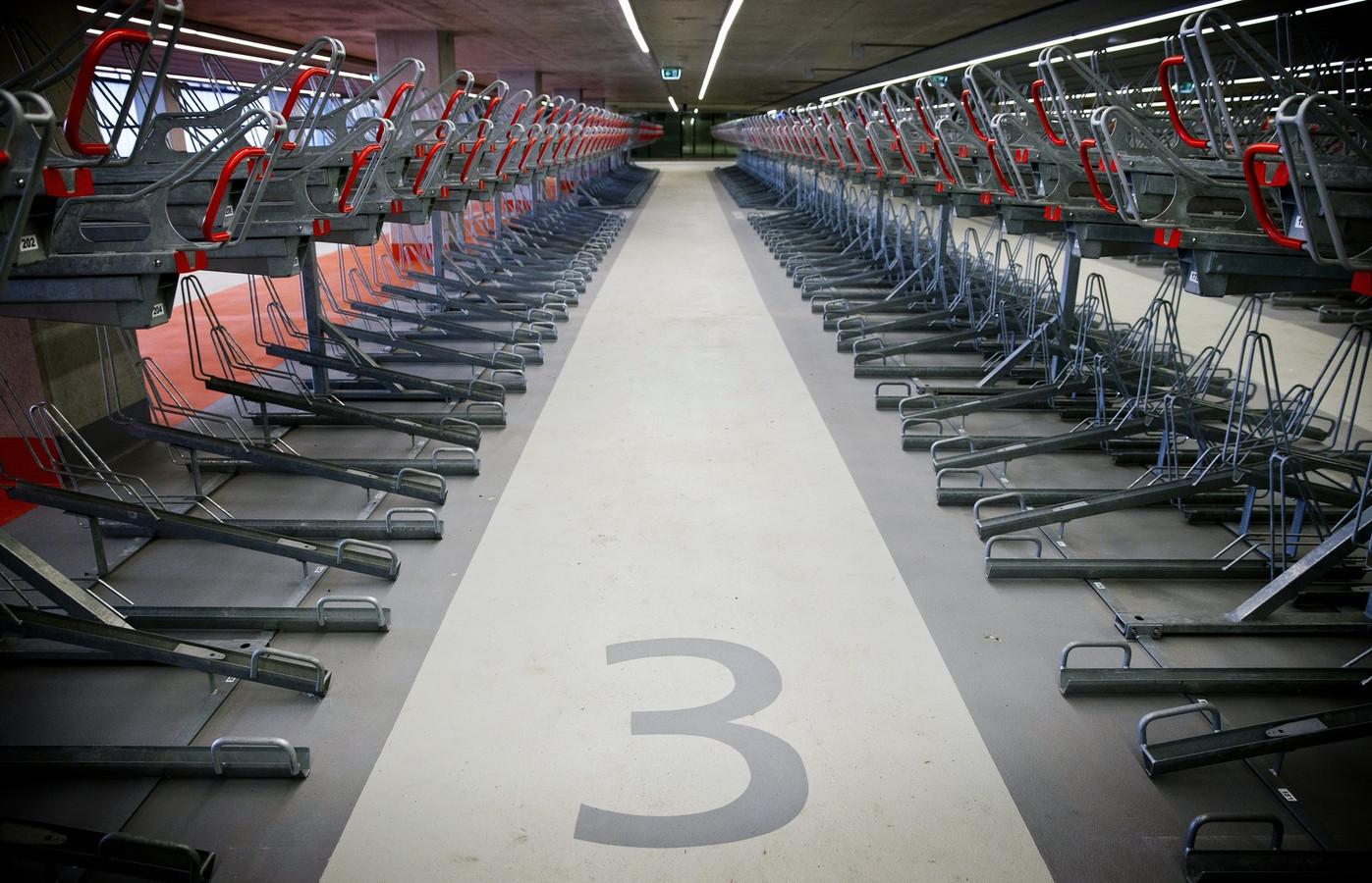 Leeg was de fietsenstalling in het nieuwe station Delft alleen kort voor de opening. Zoals deze foto toont.