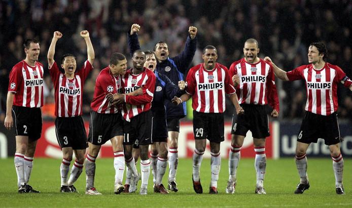 PSV viert het behalen van de halve finale van de Champions League in 2004/2005.
