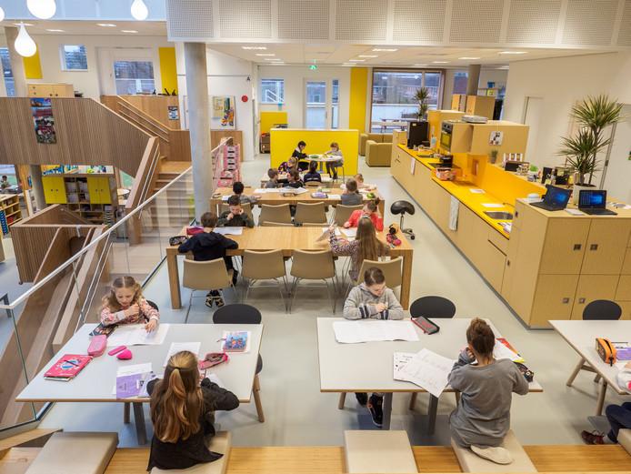 TOM Onderwijs locatie de Toverberg . Op de foto o.a. Directeur John Vonk en locatie-directeur Corrie Baas. open klasasen,