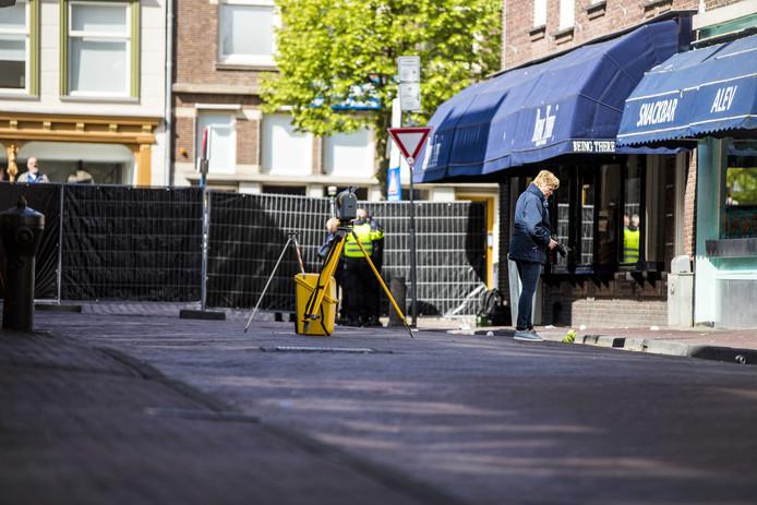 De Peperstraat in het centrum van Delft is vanwege onderzoek door de politie afgezet met een zwart scherm.