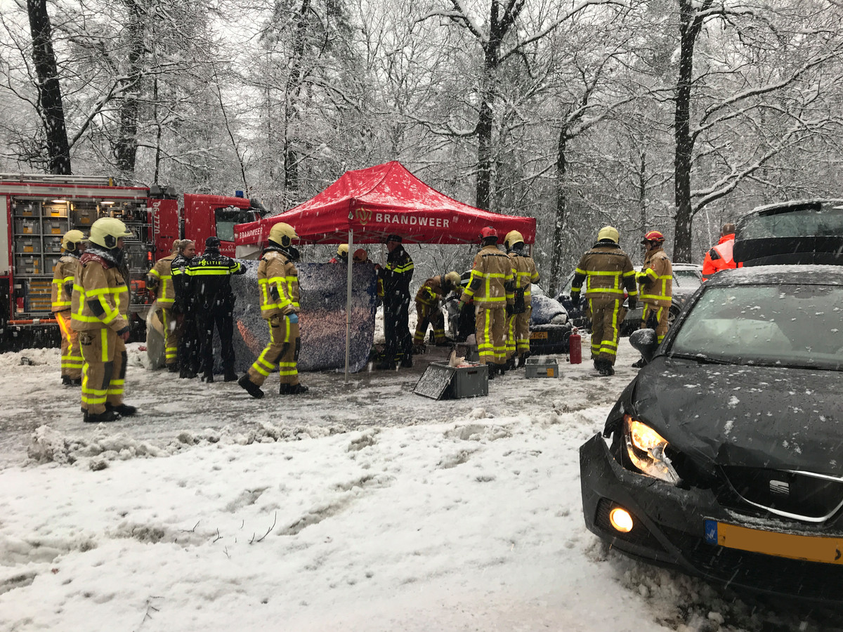 Hulpdiensten ontfermen zich over het slachtoffer in de Fiat. De betrokken Seat staat links in beeld.