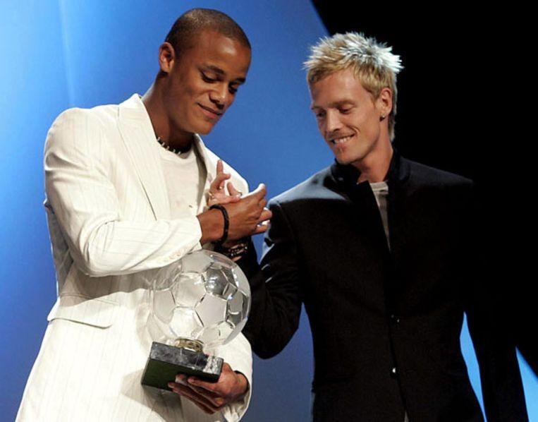 Vincent Kompany is Profvoetballer van het Jaar 2005 en krijgt felicitaties van teamgenoot Christian Wilhelmsson.