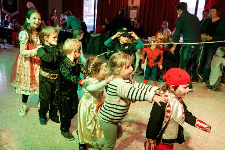 De kinderen leven zich uit op het kindercarnavalbal.