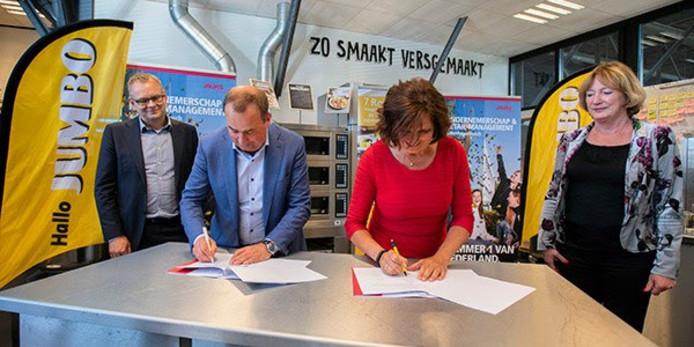 De ondertekening van de samenwerking tussen Jumbo en Avans Hogeschool. Links Alrik Boonstra van Jumbo en rechts Nienke Sikkema van Avans Hogeschool.