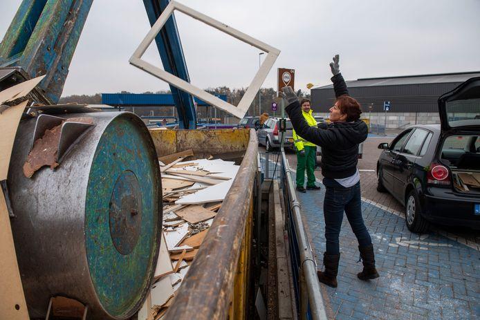 Dag kozijn... Overtollig hout verdwijnt op de milieustraat in een aparte container.