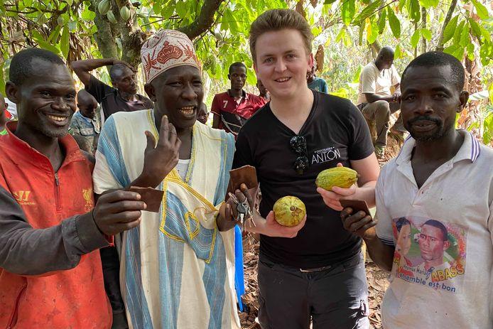 Chocolatier Anton Van de Maele uit Denderhoutem tijdens zijn bezoek aan de cacaoplantages in Ivoorkust.
