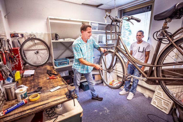 Ramses Kolenbrander (links) wil een bedrijfje beginnen als fietsenmaker, Timothy Stewart wil aan de slag als kok. Beeld Raymond Rutting