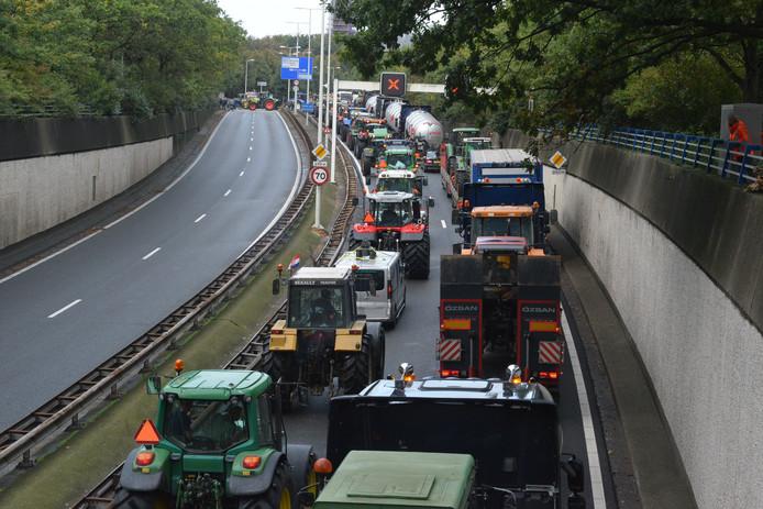 De Utrechtsebaan staat ook in de middag nog bomvol met tractoren.