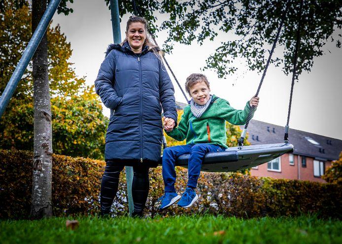 Anke Vledder (47) met haar zoontje Mika (14) uit Strijen.