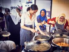 Meghan Markle doet keukenschort om voor brandslachtoffers