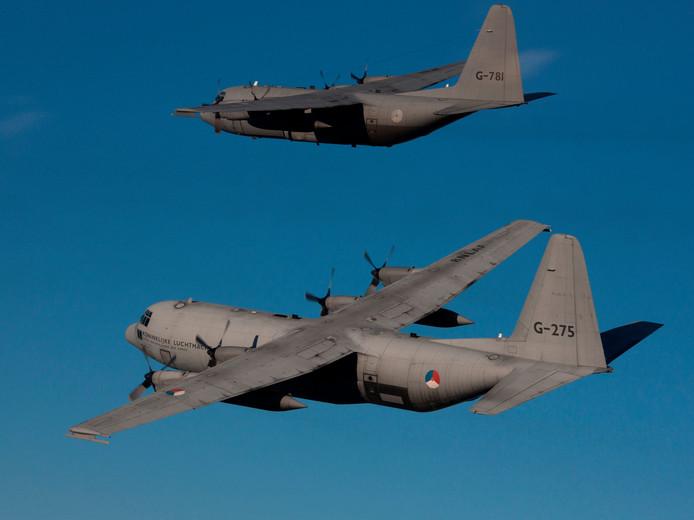 Twee C-130 Herculestoestellen.
