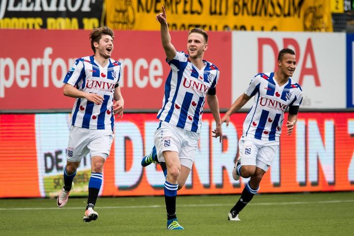 Branco van den Boomen (midden) viert zijn winnende treffer tegen Roda JC.