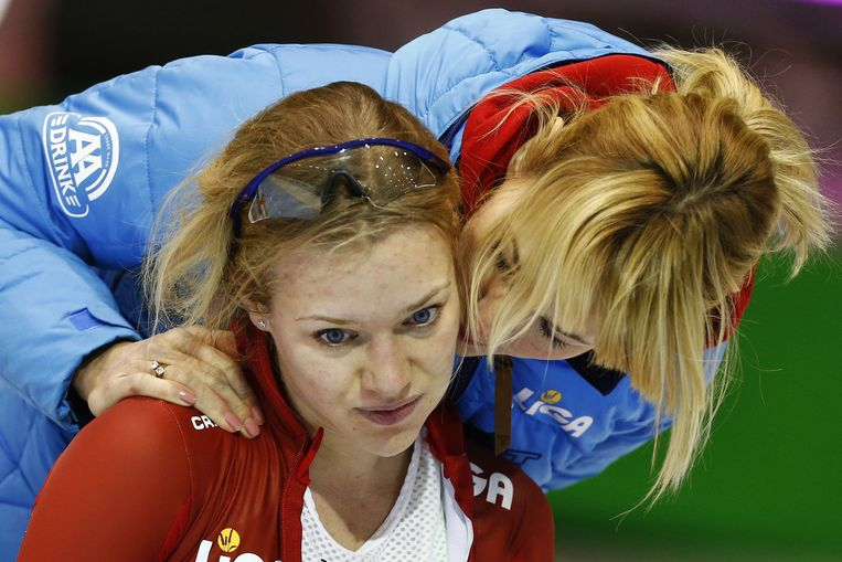 Yvonne Nauta (L) met coach Marianne Timmer (R) na afloop van de 5000 meter tijdens het olympisch kwalificatietoernooi in het Thialf-stadion. Beeld ANP
