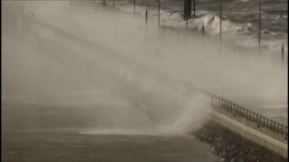 VIDEO: Auto tart stormende zee op Strekdam Zeebrugge