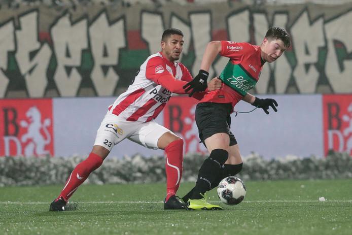 Ole Romeny (rechts in duel met Norichio Nieveld van TOP Oss) was een van de jeugdinternationals die vorig seizoen een paar wedstrijden van zijn club moest laten schieten.