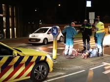 Fietsster geschept door auto bij rotonde in Maarssen
