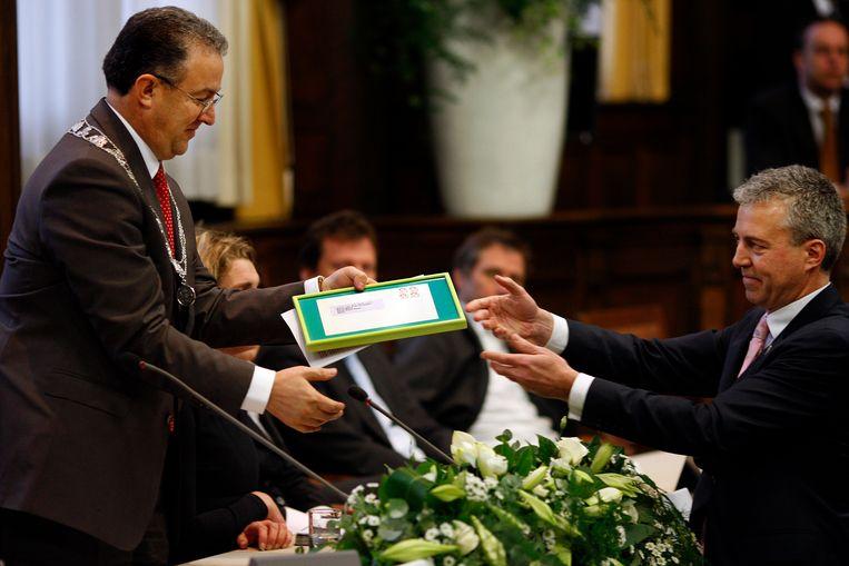 2009: Leefbaar-raadslid Marco Pastors overhandigt Aboutaleb een envelop waarmee de nieuwe burgemeester zijn paspoort kan opsturen naar de koning van Marokko. Beeld ANP