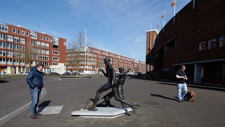 Bloemen bij het standbeeld van Johan Cruijff bij het Olympisch Stadion op 24 maart 2017, een jaar na het overlijden van de eeuwige nummer 14. De vernoeming van het plein voor het stadion gaat definitief niet door. Beeld ANP