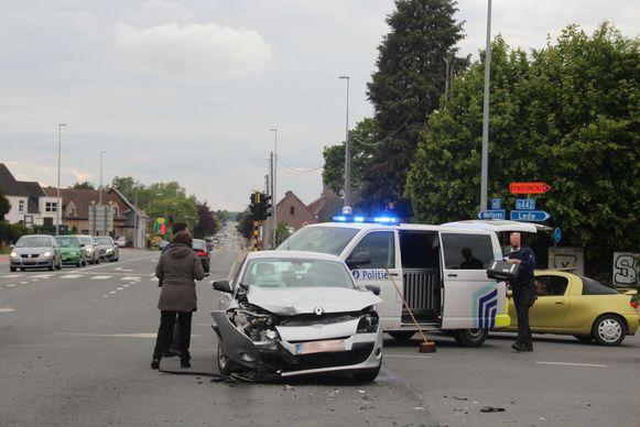 De grijze Renault versperde de afslag richting Lede.