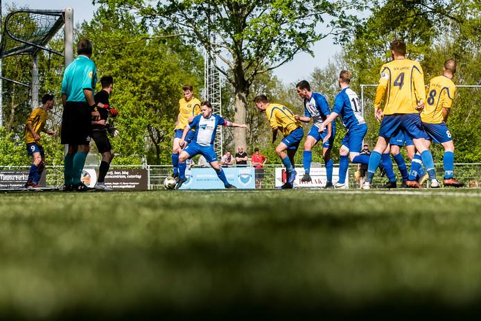 NVS-aanvoerder Rik van Hoek (midden) krijgt plots de bal in zijn voeten en kan van dichtbij uithalen.