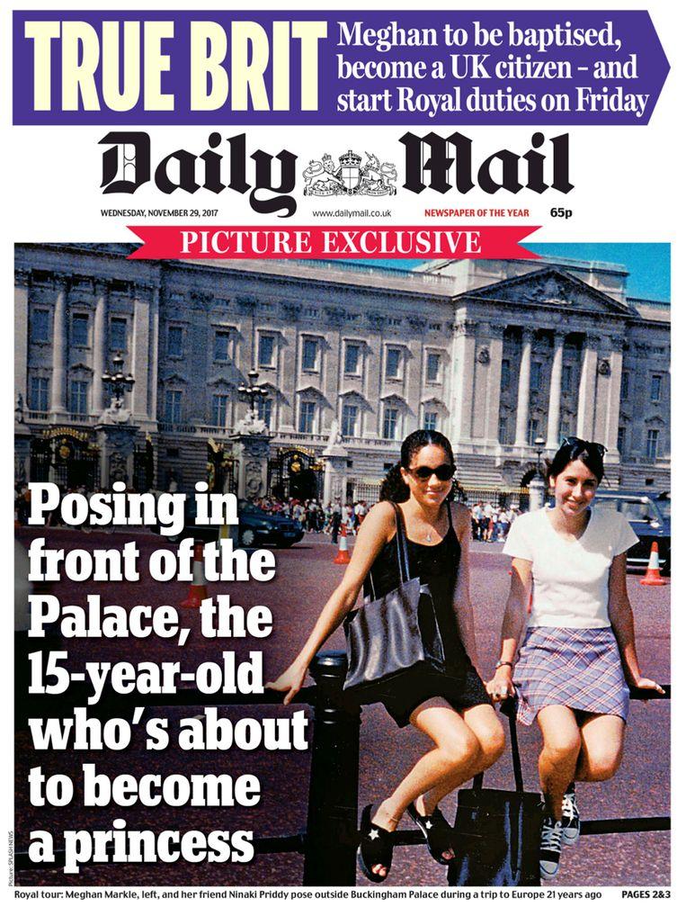Meghan Markle poseert voor Buckingham Palace in 1996, naast haar Ninaki Priddy.