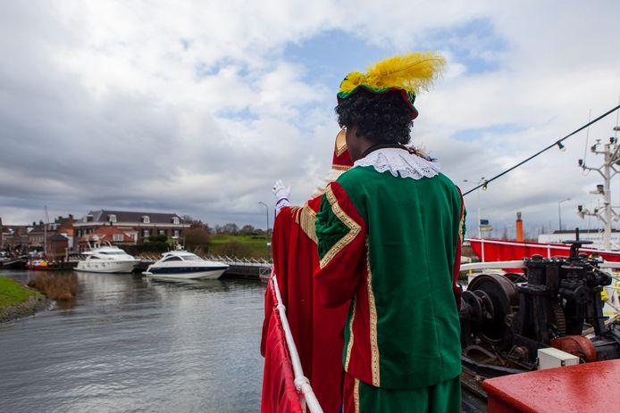 Zie ginds komt Willemstad! De pieten gaan natuurlijk mee met Sinterklaas.