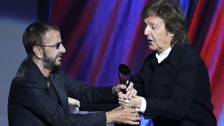 Ringo kreeg zijn trofee uit de handen van Paul McCartney.