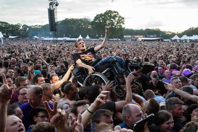 Een absolute 'høker' gaat vanuit zijn rolstoel crowdsurfend het Normaal-publiek over.