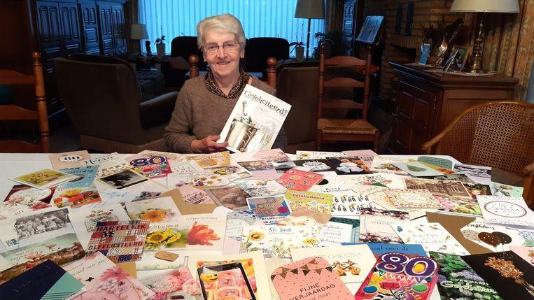 Juf Gusta met de talrijke verjaardagskaartjes.