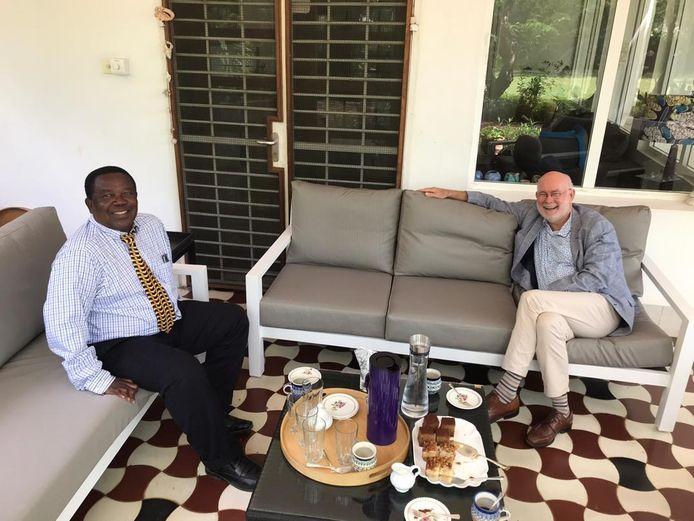 Oud-profvoetballer van Heracles Sunday Manara op de koffie bij de Nederlandse ambassadeur in Tanzania, Jeroen Verheul.
