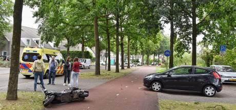 Scooterrijder schrikt van naderende auto en gaat hard onderuit in Oisterwijk