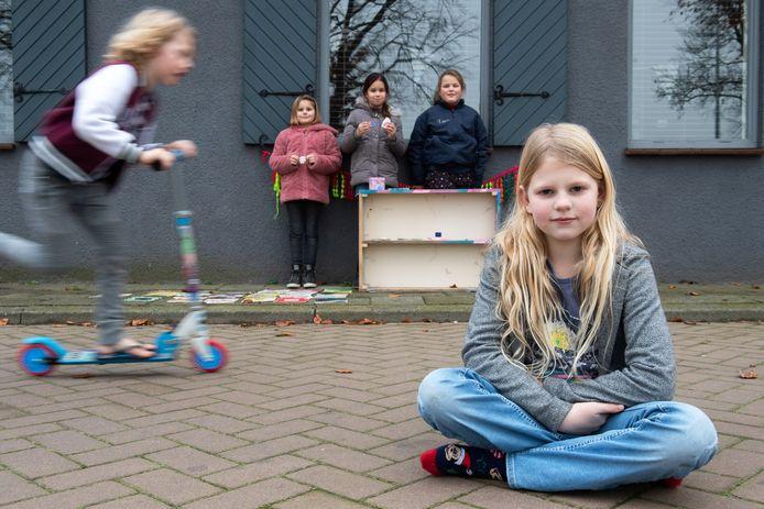 Liv (8) zette zich in voor ouderen. Op de achtergrond broertje Vic (op step) en Roos (8), Esmee (9) en Lieve (9) die haar bij de actie hielpen