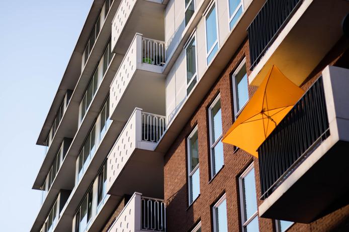 Een parasol op het balkon is meestal geen goed idee, omdat de wind er snel grip op krijgt.