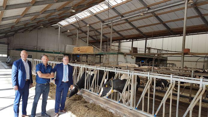 Melkveehouder Will Vermeeren (midden) is blij dat hij straks gebruik kan maken van snel internet voor zijn bedrijf. Rechts wethouder Patrick Kok, links Eric Vos van e-Fiber.