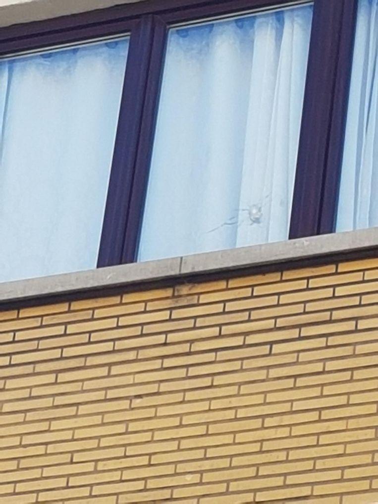Eén kogel ging door het venster op de tweede verdieping.