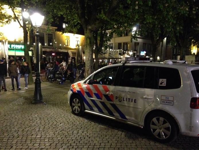 Meerdere agenten en voertuigen waren vannacht zichtbaar op de Parade in Den Bosch