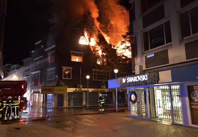 De uitslaande brand boven de FEBO in Tilburg.