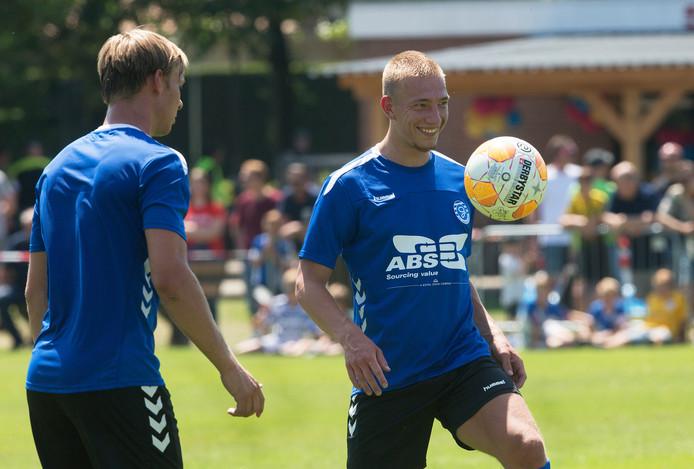 Jasper van Heertum (rechts) is op proef bij De Graafschap.