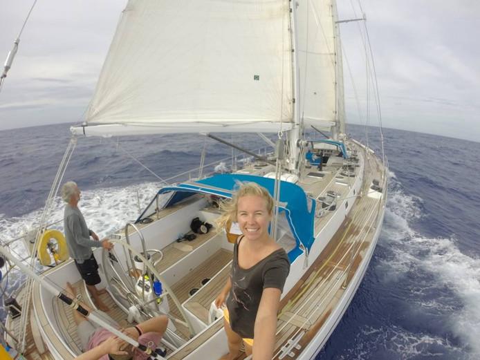 Al twee keer stak Suzanne van der Veeken al liftend de Atlantische Oceaan over. Zonder budget en zonder enige zeilervaring: 'Het is de puurste vorm van reizen.'