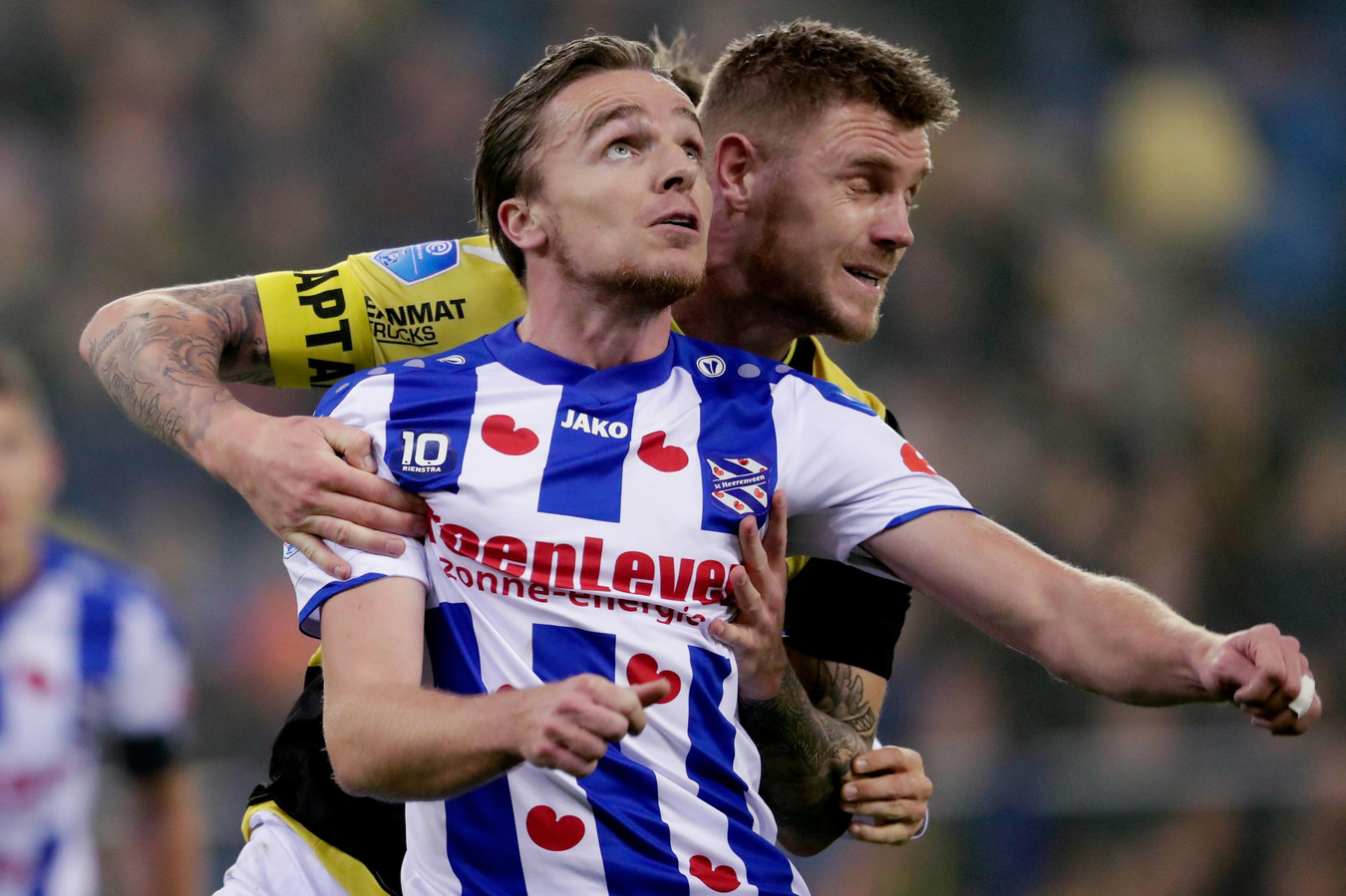 Een eerdere confrontatie tussen Vitesse en sc Heerenveen. Hier Maikel van der Werff van Vitesse in duel met Ben Rienstra.