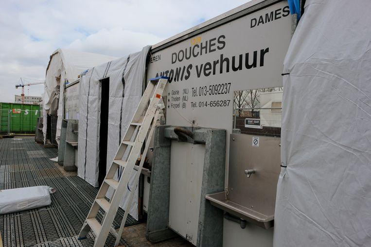 Sanitair is buiten ondergebracht in containres en tenten.