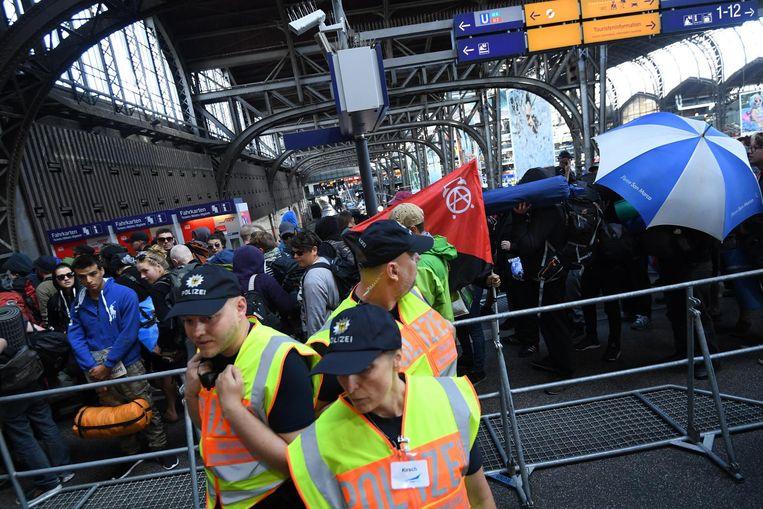 Politieagenten bij het treinstation in Hamburg. Beeld EPA