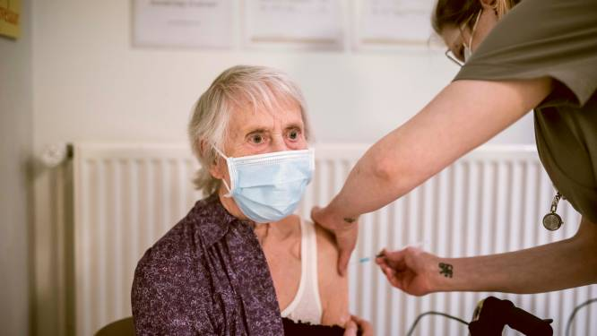 """""""Contact met elkaar komt weer dichterbij"""": bewoners WZC Katharinadal krijgen eindelijk coronavaccin"""
