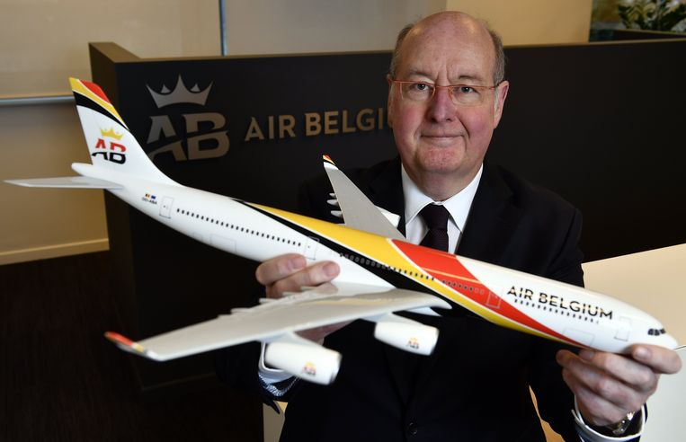 Niky Terzakis, CEO  van Air Belgium met een model van een Air Belgium-vliegtuig.