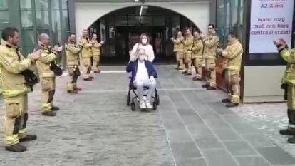 Brandweermannen vormen indrukwekkende erehaag voor collega die na een maand Covid-afdeling van AZ Alma mag verlaten