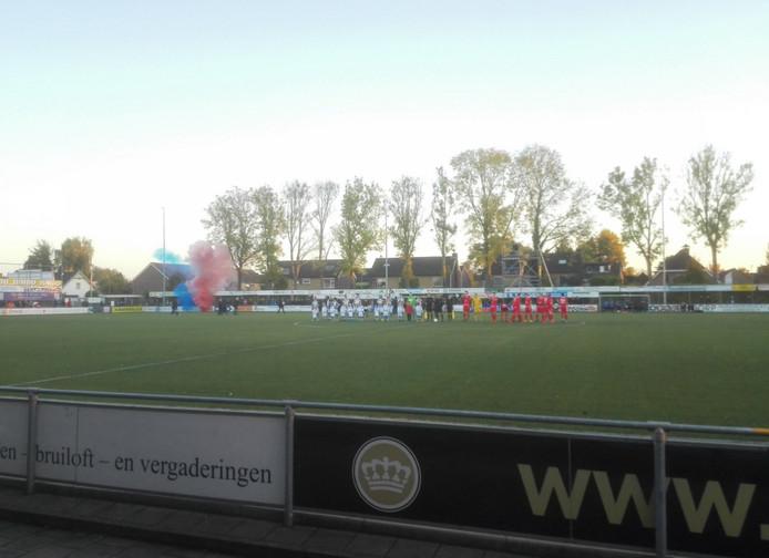 FC Lienden - Excelsior Maassluis is begonnen. De sfeer zit er goed in op De Abdijhof.