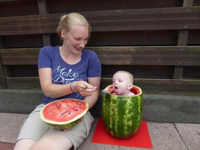 Weekwinnaar (6): Wat kan het mij nou schelen dat ik in een stuk meloen zit, lijkt Thijmen te denken. Zolang ze mij die andere helft maar voeren. Opa en oma de Grauw uit 's-Gravendeel stuurden deze schattige foto in. Foto Nico de Grauw.