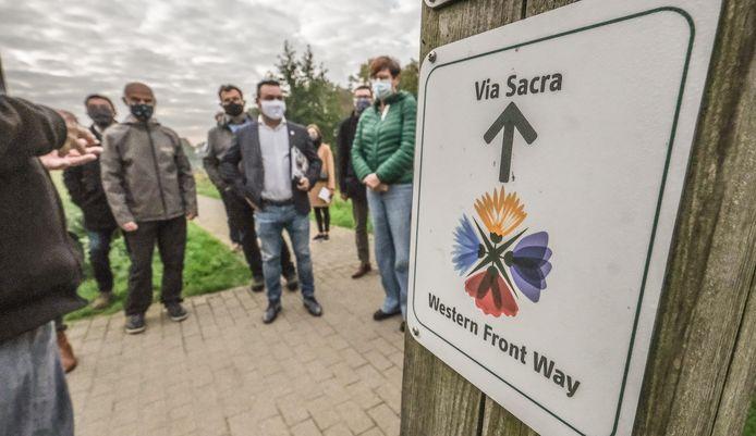 Langs het deel van de route dat door Vlaanderen loopt, werden 600 bordjes neergepoot.