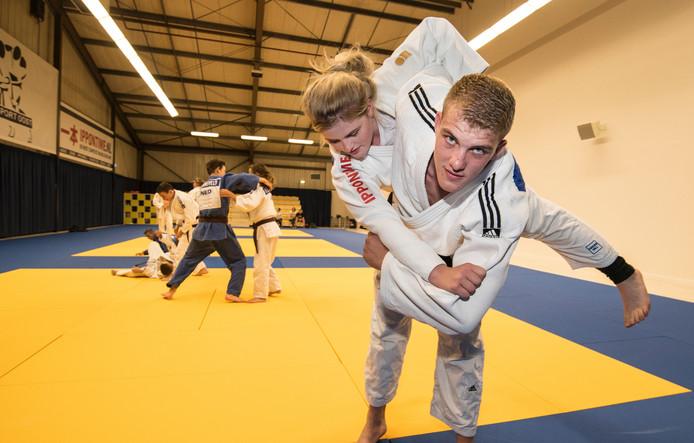 Een aantal judoka's aan het trainen in de nieuwe dojo